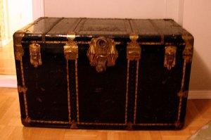 Svart gammal koffert